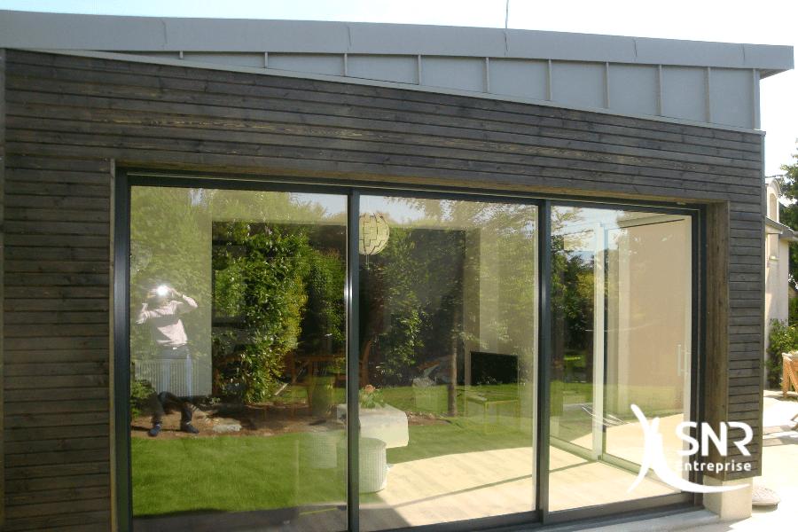 Vue après réalisation des travaux d agrandissement maison vitré pour création d'un salon ouvert sur le jardin