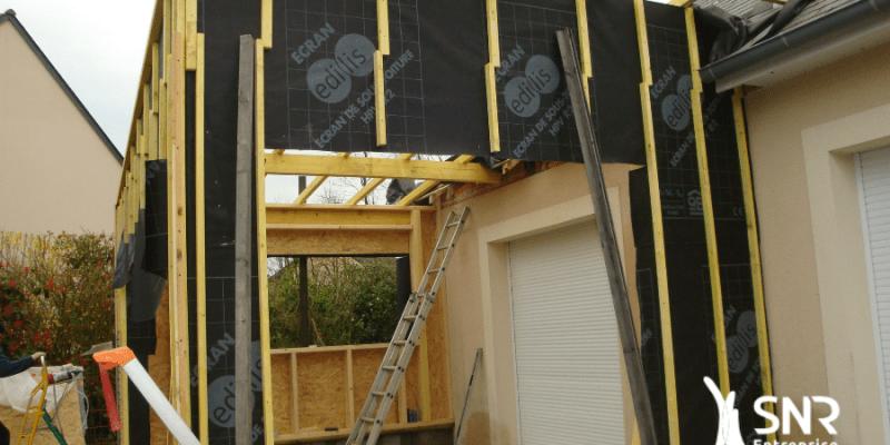 Vue en cours de travaux d agrandissement maison saint-malo en ossature bois avec couverture monopente zinc par SNR