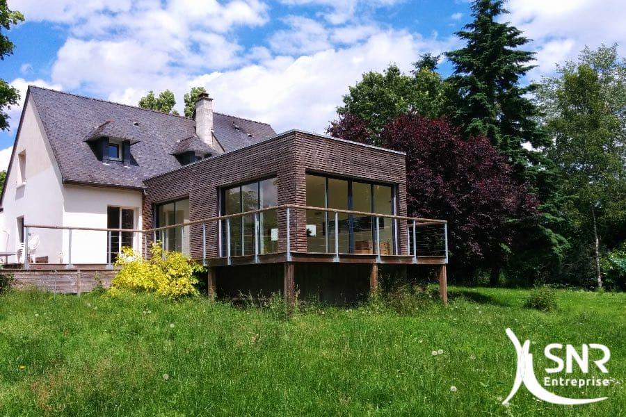 Extension d'une maison en bois. Aménagement intérieur contemporain avec matériaux nobles en Mayenne (53) et Ille-et-Vilaine (35).
