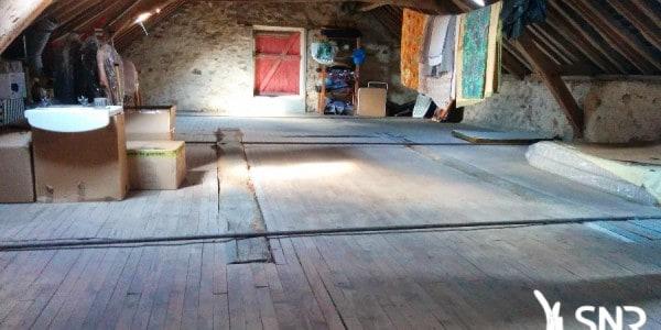 Reprise de plancher et chape allégée pour aménagement de combles. Reprise de maçonnerie pierre et pose de lucarne par SNR Entreprise.