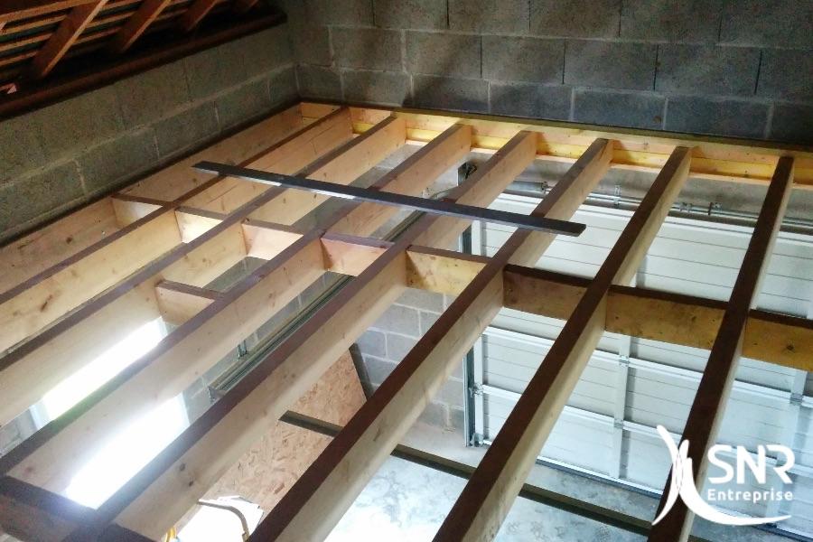 Mise en place d'un solivage de plancher pour création chambre supplémentaire. SNR Entreprise, depuis 1984 à vos côtés pour vos projets d'amélioration de l'habitat en Mayenne (53) et Ille-et-Vilaine (35).