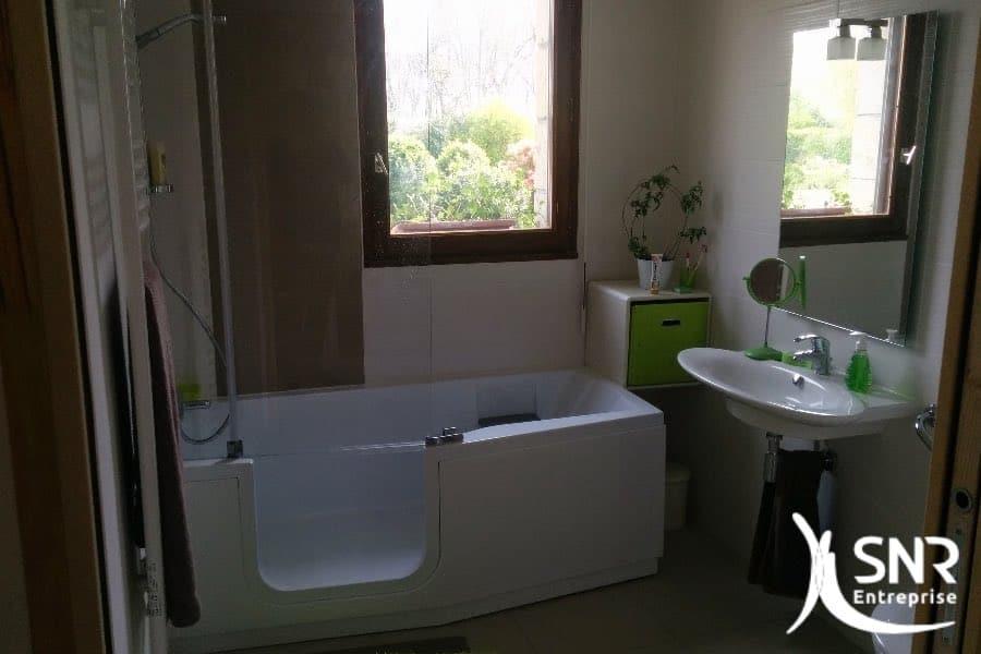 Rénover une salle de bain avec SNR Entreprise. Salle de bain avec baignoire handicapé et meubles accessibilité handicapé.