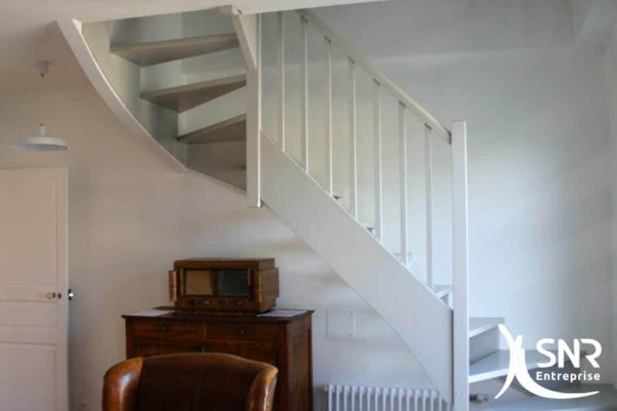 Pose d'escalier sur mesure par SNR Entreprise. Escalier esthétique et confortable en Mayenne (53) et Ille-et-Vilaine (35).
