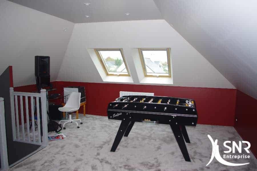 Créez un espace agréable et esthétique sous vos combles. Aménager charpente fermette et création d'un espace home cinema par SNR Entreprise.