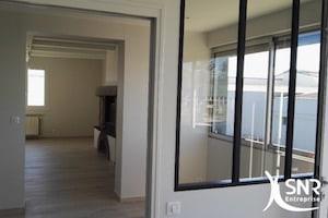 Rénovation globale d'habitation. Aménagement intérieur avec pose de verrière et rénovation maison.