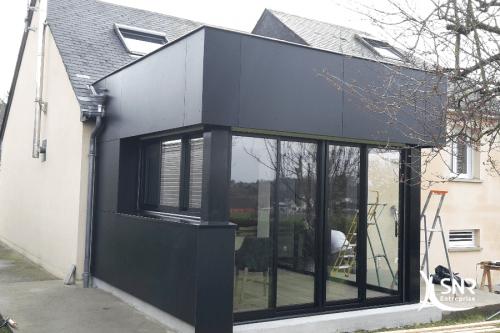 R aliser l extension d une maison en panneaux composite for Pente d une toiture