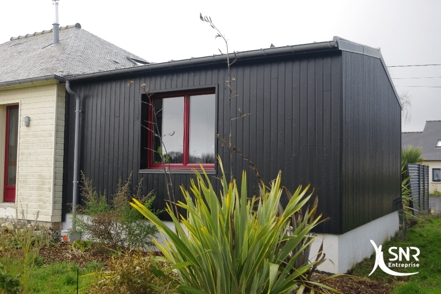 Réalisation d un bardage en bois laqué pour cette extension d une maison en Ille-et-Vilaine