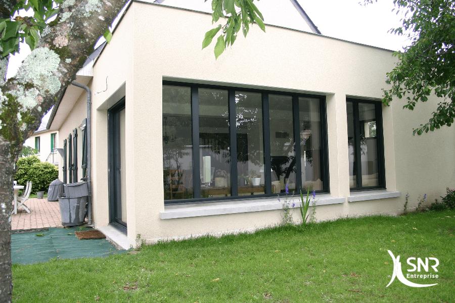 Agrandissement-maison-vitré-avec-de-nombreuses-menuiseries-pour-profiter-des-espaces-verts-environnants