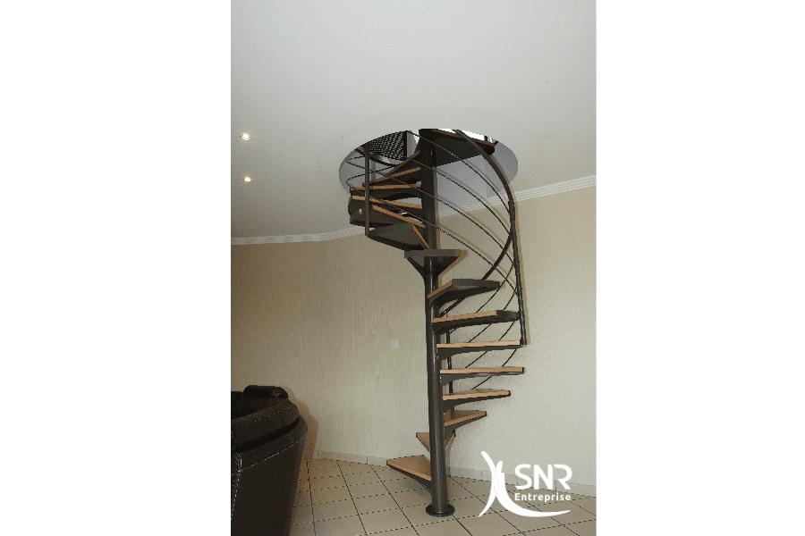 Conception-dun-escalier-sur-mesure-alliant-bois-et-métal-avec-trémie-circulaire-par-SNR-Entreprise