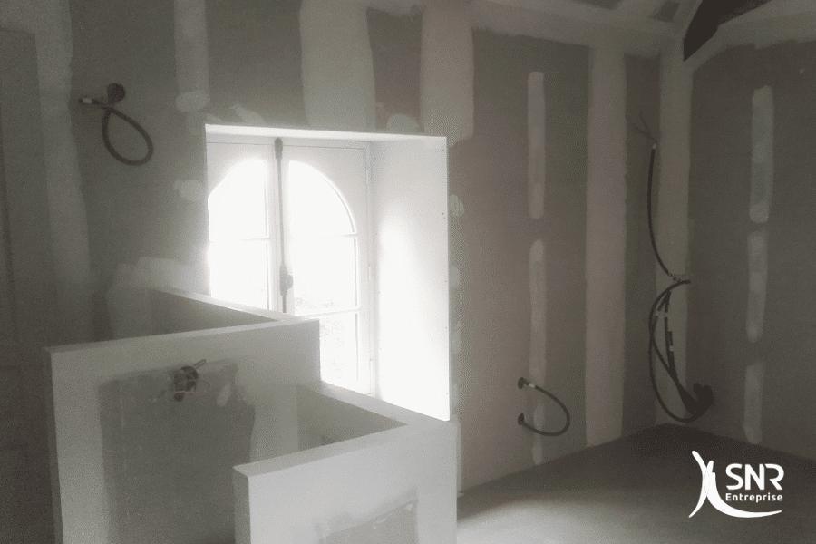 Création-dun-espace-cuisine-avec-bar-et-table-sur-mesure-pour-aménagement-combles-laval