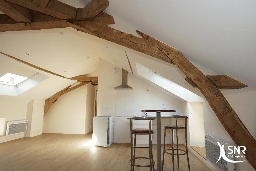 Création-dun-loft-sous-les-combles-aménagés-saint-malo-avec-mise-en-valeur-de-la-charpente-traditionnelle