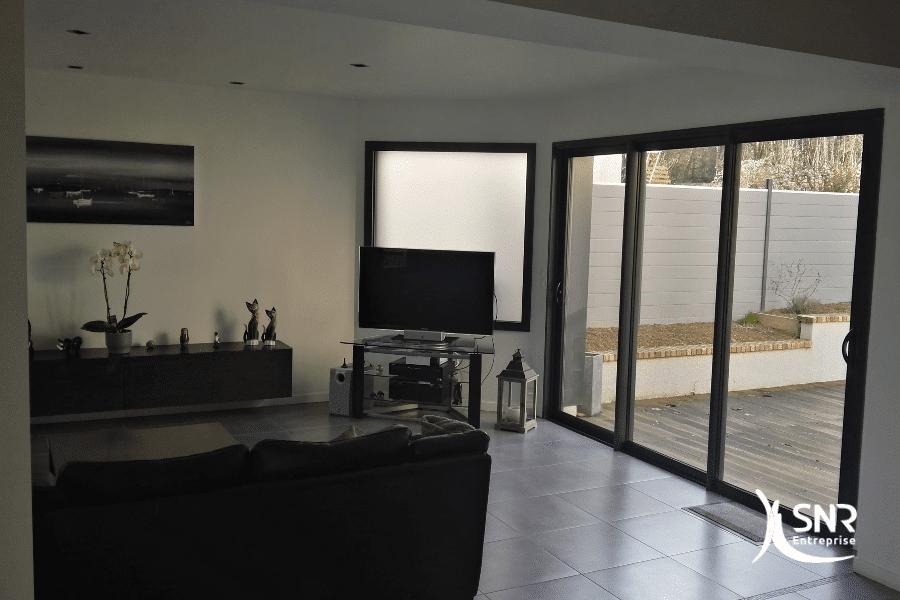 Extension-d-une-maison-pour-agrandissement-d-un-salon-et-accès-direct-au-jardin