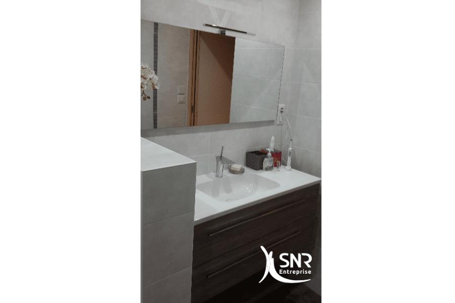 Pose-d-un-meuble-vasque-et-réalisation-clé-en-main-d-une-rénovation-salle-de-bain-laval-par-SNR-Entreprise