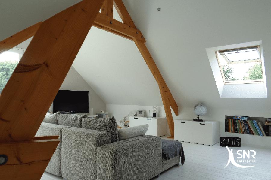 Valorisez-les-pièces-de-charpente-de-votre-maison-grâce-à-un-projet-d-aménagement-de-combles-laval-par-SNR