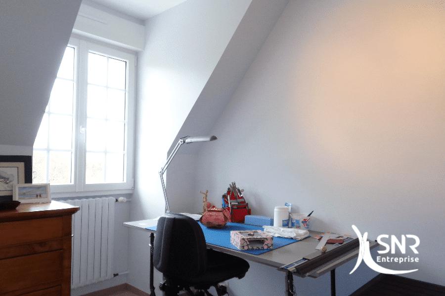 Vue-après-réalisation-de-travaux-de-rénovation-intérieure-dune-chambre-par-SNR-Entreprise-spécialiste-en-Mayenne-et-Ile-et-Vilaine