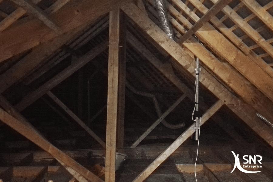 Vue-avant-travaux-daménagement-de-combles-sur-charpente-traditionnelle-par-SNR-Entreprise-en-Mayenne