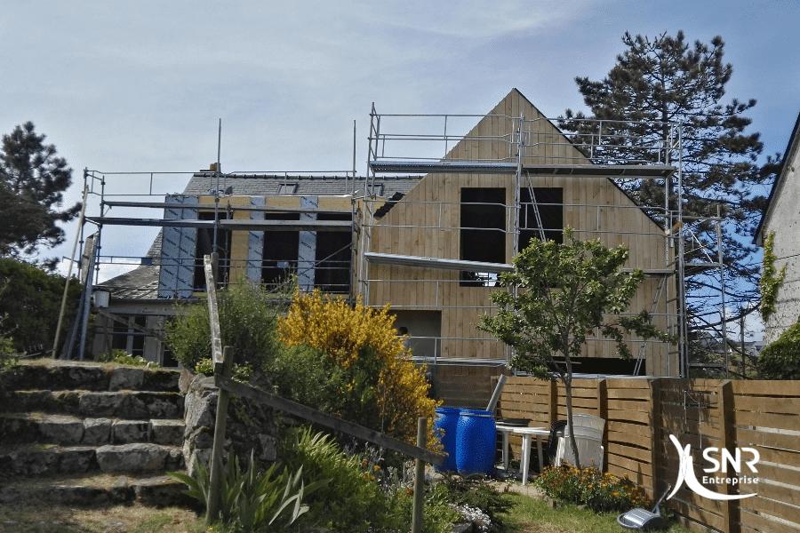 Vue en cours de réalisation de travaux de surélévation et de bardage pour cette extension maison en bois