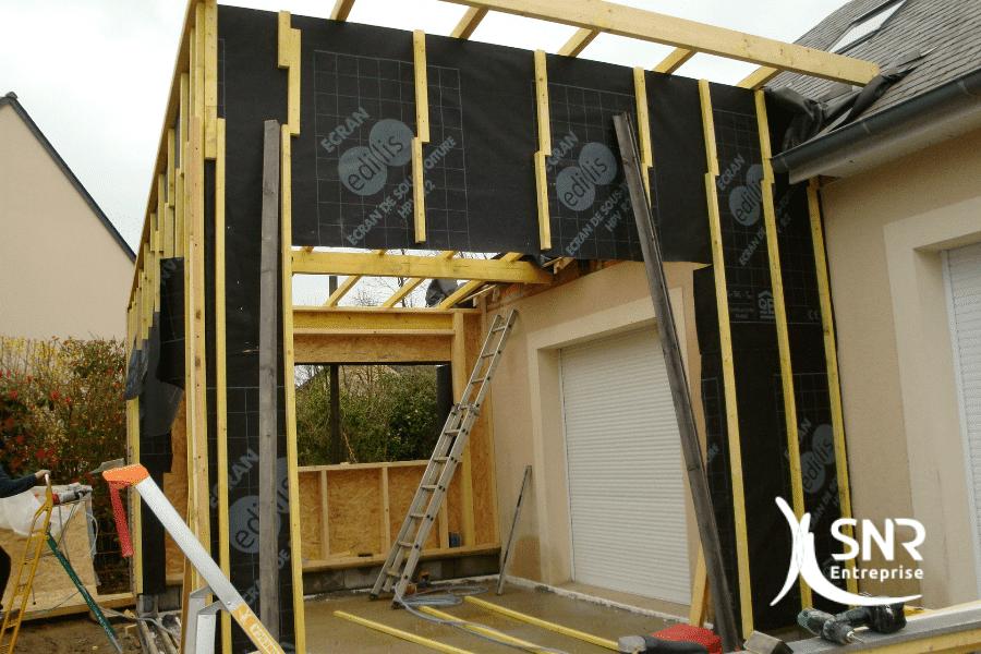Vue-en-cours-de-travaux-d-agrandissement-maison-saint-malo-en-ossature-bois-avec-couverture-monopente-zinc-par-SNR