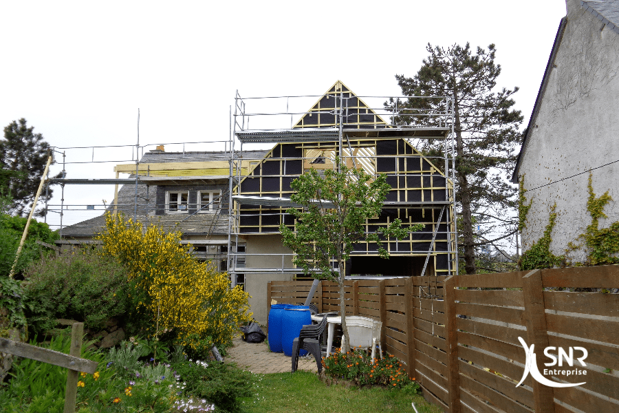 Vue en cours de travaux de charpente et d ossature pour un projet d agrandissement maison saint-malo
