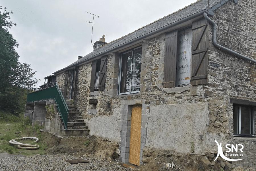 Vue-en-cours-de-travaux-de-rénovation-maison-saint-malo-avec-remplacement-de-menuiseries-en-aluminium